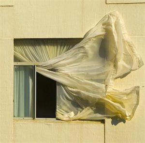 Wind im Vorhang